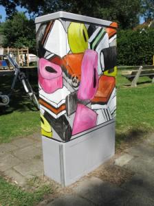 Beschilderde trafokast, Engelse drop bij het speeltuintje Twekkelerveld, Enschede Adrienne van Wartum